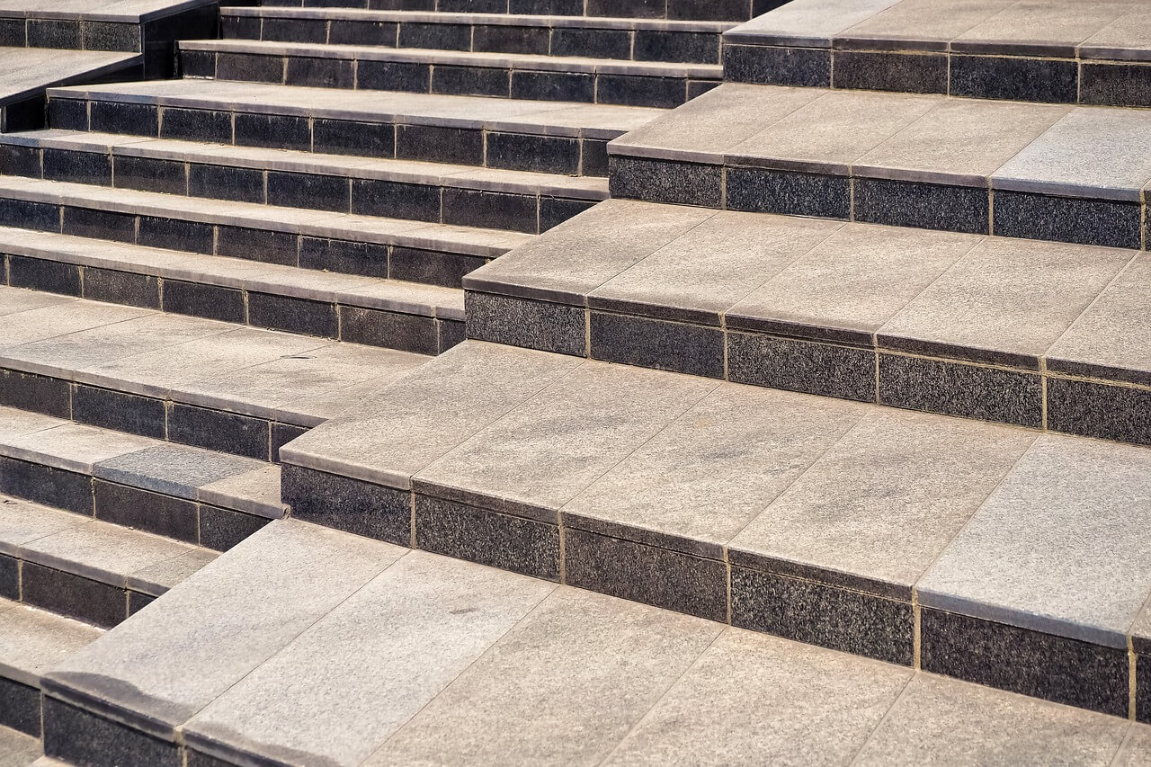 Stopnie schodów zewnętrznych - jaki materiał wybrać?